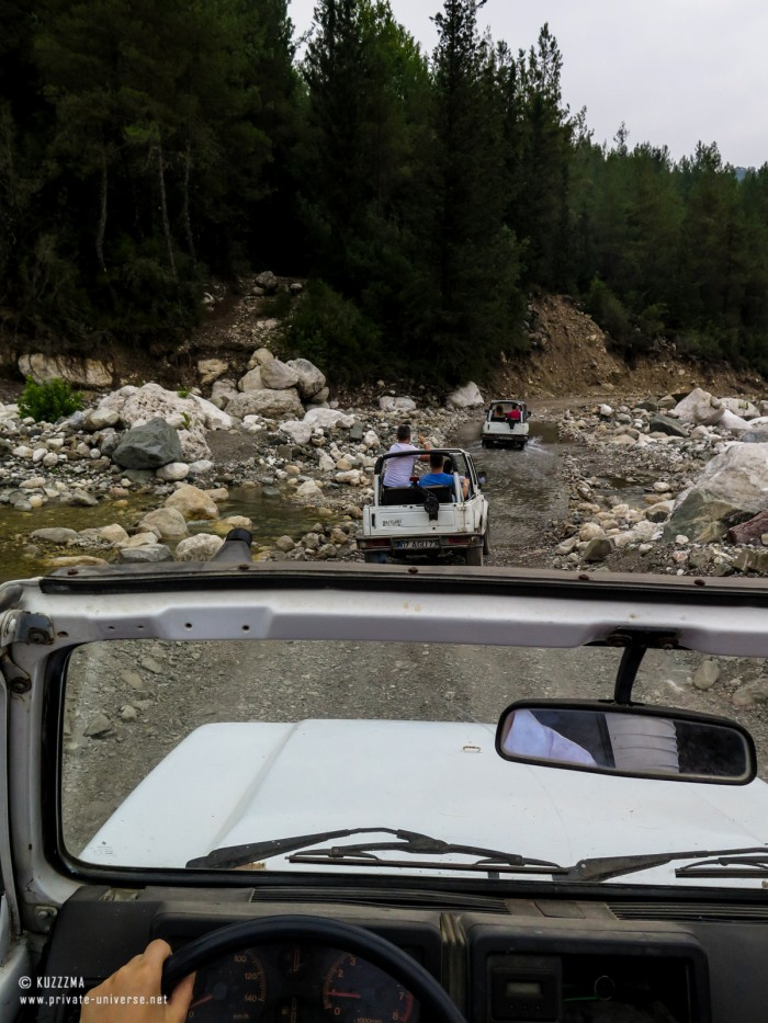 31.07.2015_17.30_Jeep-safari---Taking-on-the-river.jpg